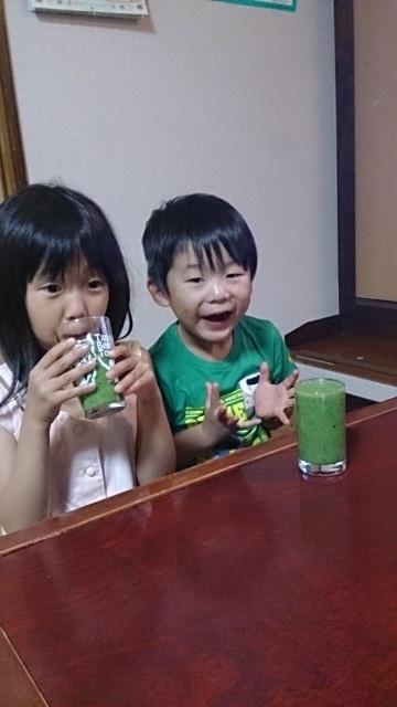 スムージーを飲む子供たち